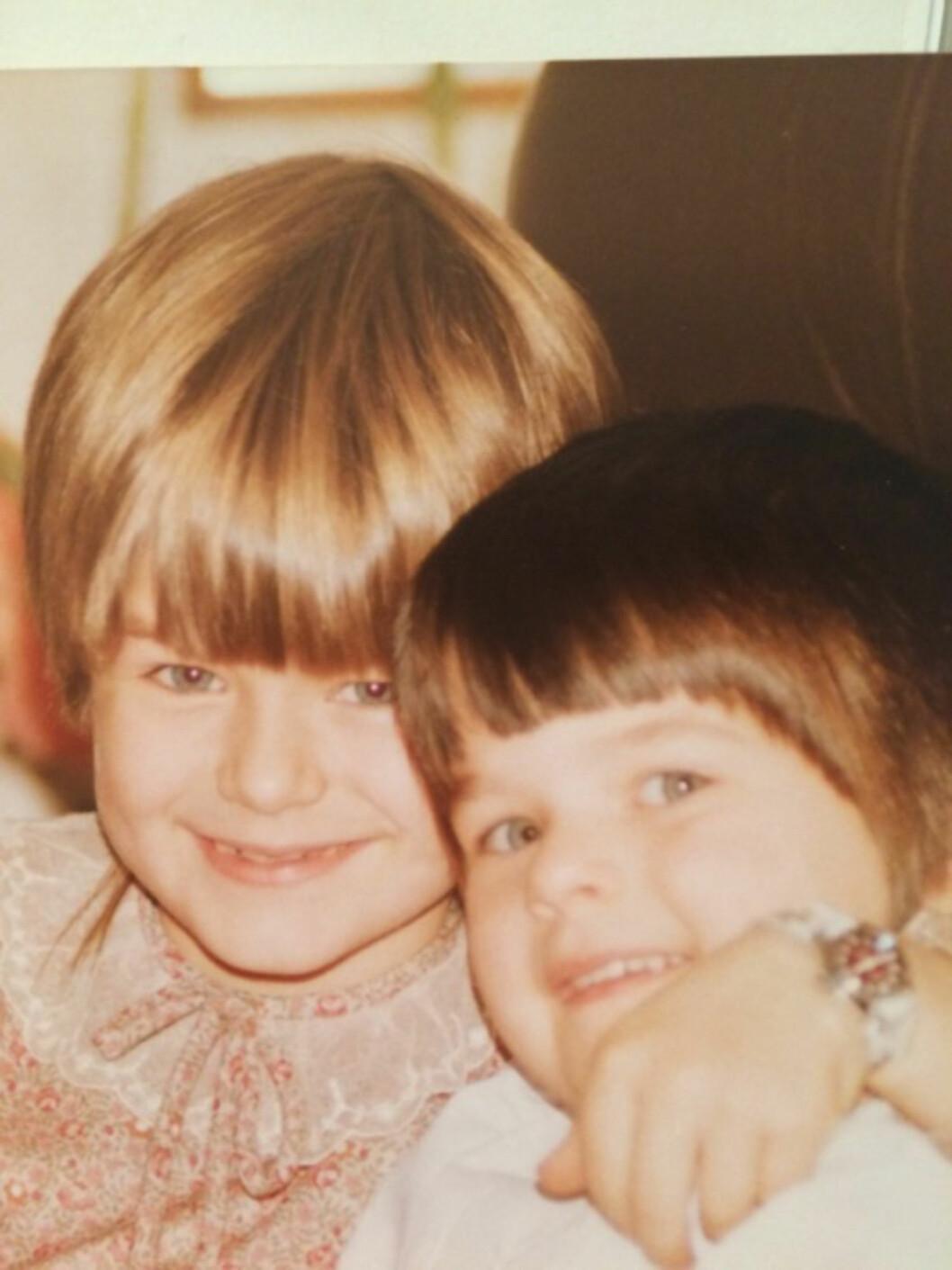 ULIKE, MEN NÆRE: Ingunn og Ellinor har vært nære hverandre fra barnsben, selv om de innrømmer at de kan være ganske ulike, personlighetsmessig.  Foto: Geir Dokken