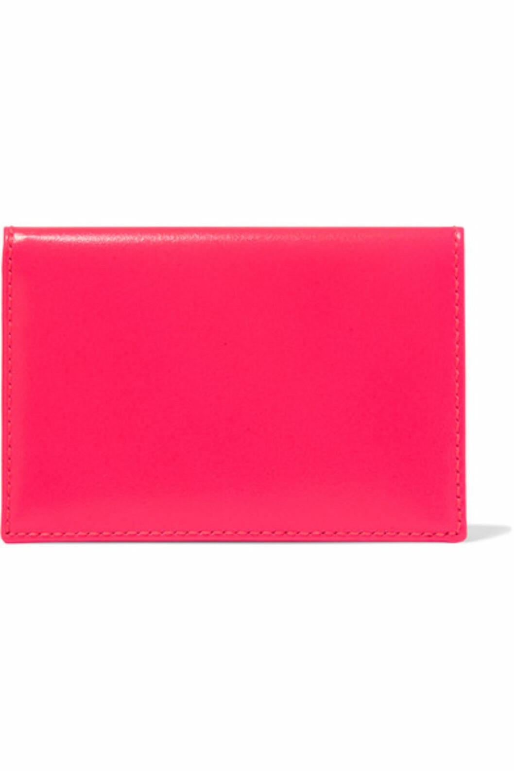 Kortholder fra Comme Des Garcons via Net-a-porter.com | kr 582 | https://www.net-a-porter.com/no/en/product/755062/comme_des_garcons/neon-leather-cardholder