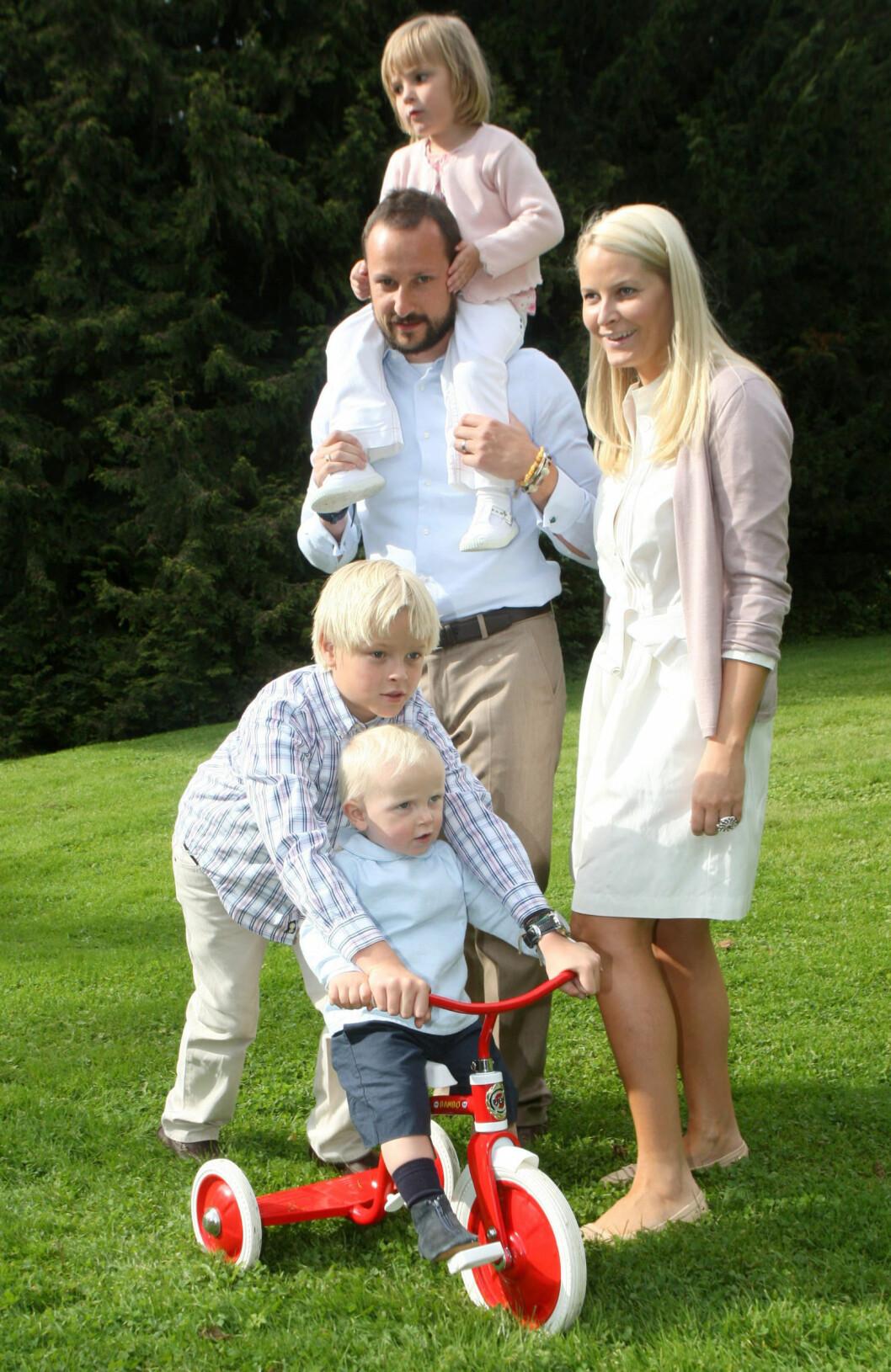 DINE, MINE OG VÅRE BARN: Kronprins Haakon og kronprinsesse Mette-Marit går foran som svært gode eksempler når det kommer til hvordan man på best mulig måte kan knytte familien sammen - til tross for at man ikke nødvendigvis er av samme blod. Kronprins Haakon tok imot lille Marius med åpne armer fra dag én og de har knyttet svært nære bånd. Her er kronprinsfamilien fotografert på Skaugum i Asker i 2007. Foto: NTB scanpix