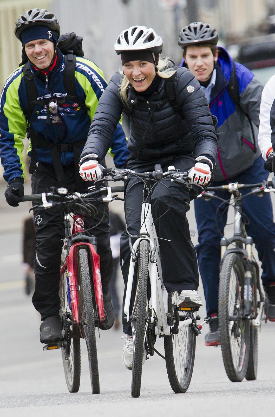 FOLKELIG: I 2012 deltok den aktive kronprinsessen på «Sykle til jobben»-aksjonen i samarbeid med WWF, og startet arbeidsdagen med å sykle fra Skaugum til slottet. Sykkelen er for øvrig en bursdagsgave fra kronprins Haakon til sin kone.  Foto: NTB Scanpix