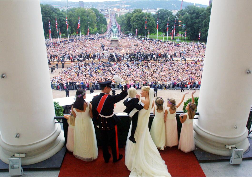 18 ÅR SIDEN: Kronprins Haakon og Mette-Marit Tjessem Høiby giftet seg i Oslo Domkirke lørdag 25. august 2001, og hilste på folket fra slottsbalkongen etter vielsen. Foto: NTB Scanpix