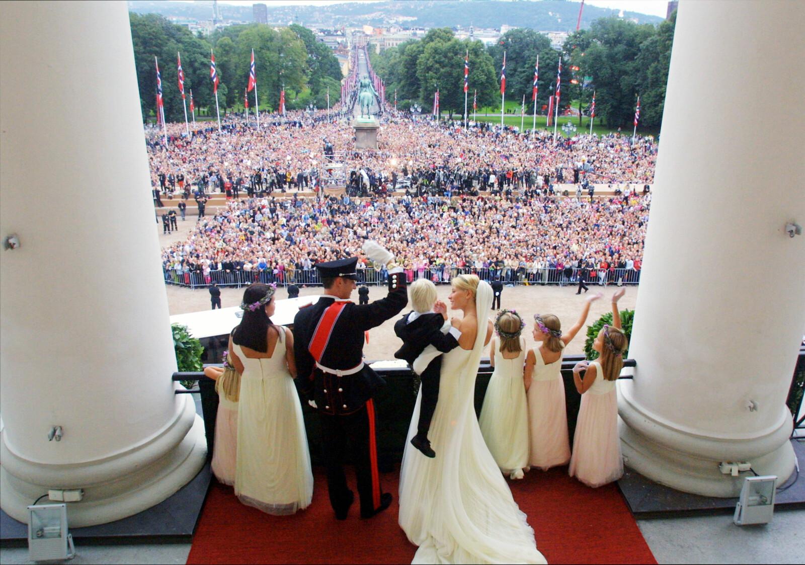 <strong>19 ÅR SIDEN:</strong> Kronprins Haakon og Mette-Marit Tjessem Høiby giftet seg i Oslo Domkirke lørdag 25. august 2001, og hilste på folket fra slottsbalkongen etter vielsen. Foto: NTB Scanpix