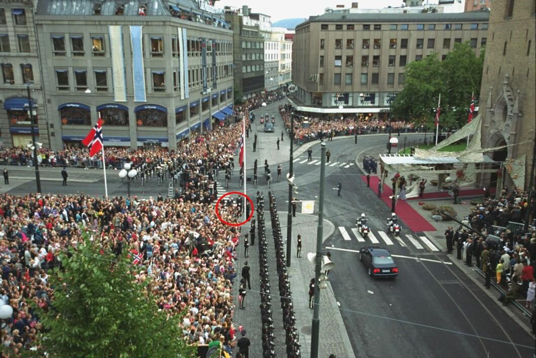 SER DU MEG?: Helt foran ved Oslo Domkirke sto jeg. 14 år og evig optimist når det kom til at ekte kjærlighet overvinner alt. Foto: VG // NTB Scanpix
