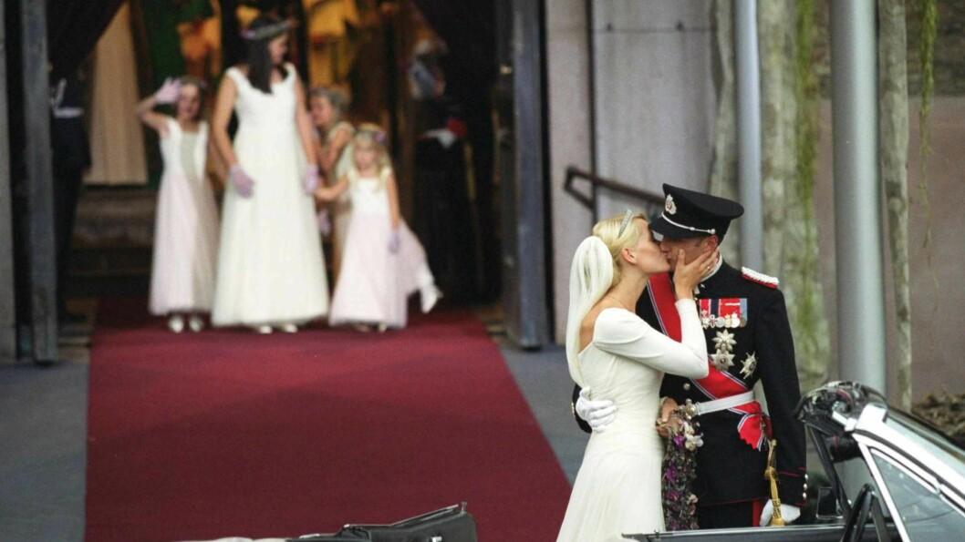 BRYLLUP METTE-MARIT OG HAAKON: 25. august 2001 fikk kronprins Haakon sin store kjærlighet i Oslo Domkirke - nemlig alenemoren Mette-Marit Tjessem Høiby fra Kristiansand. Brudens kjole var i hvit silke, designet av Ove Harder Finseth. Kronprinsen var kledd i hærens gallauniform med dekorasjoner og sabel. Foto: Aftenposten // NTB Scanpix