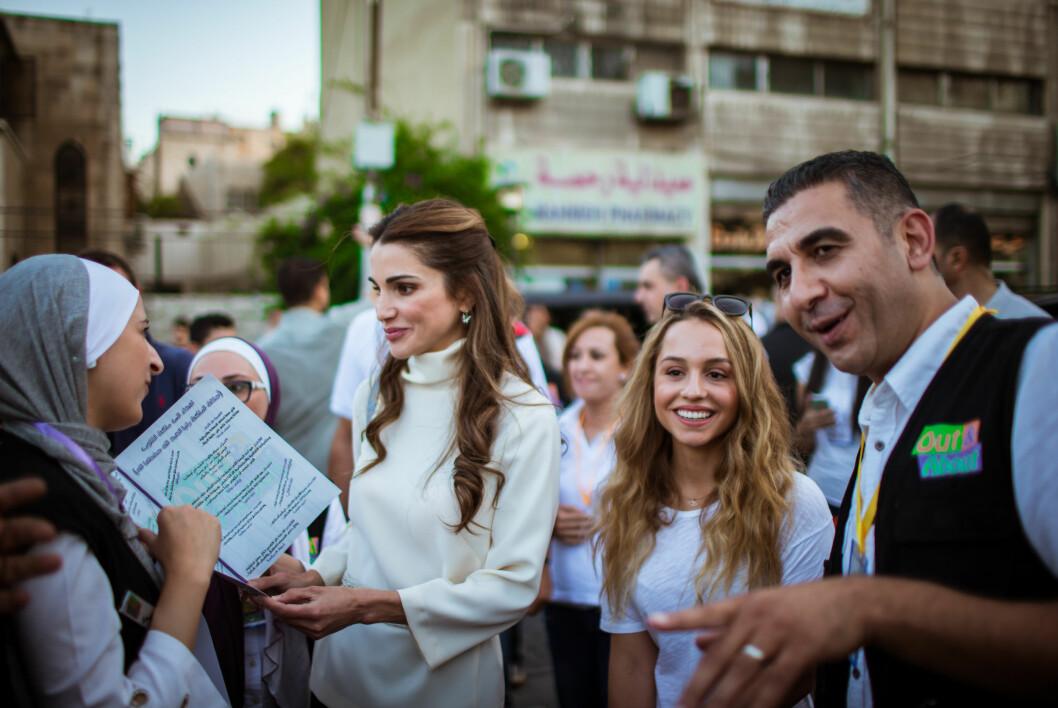 STERK STEMME: En av dronning Ranias kampsaker er det viktige arbeidet mot æresdrap, og hun kjemper for å fremme muslimske kvinner og barns rettigheter. Her med datteren prinsesse Iman fra et møte med en organisasjon i Jordan som jobber med å bedre hverdagen til de jordanske innbyggerne i august 2015.  Foto: NTB Scanpix