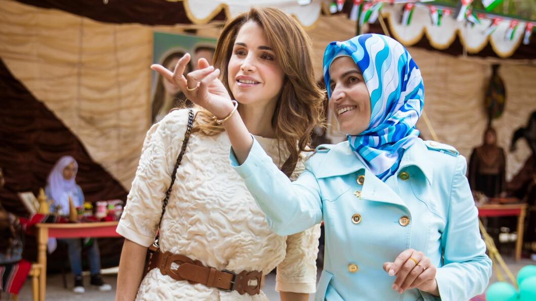 DRONNING RANIA: Den jordanske dronningen har tatt et bevisst valg om å ikke bære hijab, og mener vi må respektere de som velger å ikke bære det omdiskuterte hodeplagget like mye som man må respektere de som velger å bære det. Her fra et besøk på Safout Secondary School for jenter i forbindelse med 70-årsjubileet for Jordans uavhengighet fra Storbritannia i mai i år. Foto: NTB Scanpix