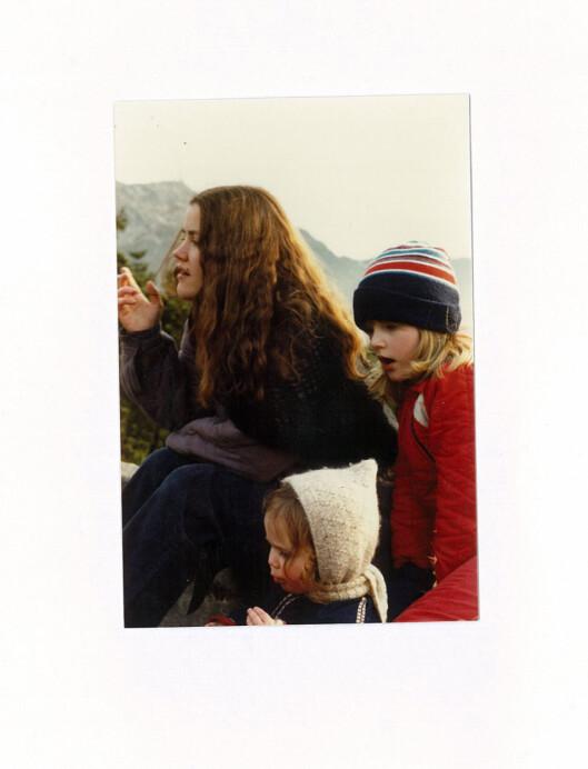 FERIEMINNE: Kristine sammen med mamma og lillesøster - som venter på bussen etter å ha vært ibesteforeldrenes feriehus i Hardanger.  Foto: Privat