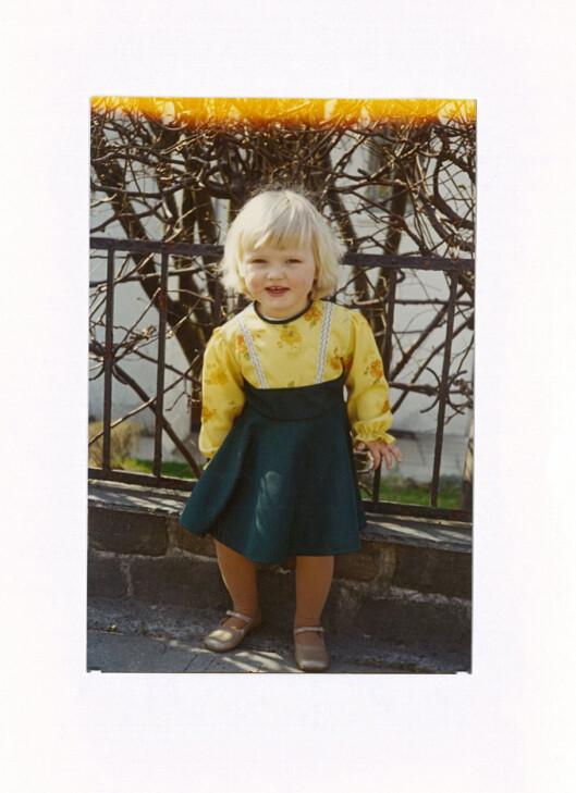 BARNDOMSMINNE: Dette er et av mine første minner - jeg var så utrolig stolt over sølvskoene!  Foto: Privat