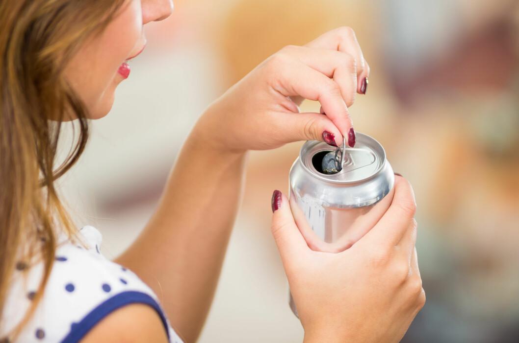 ENERGIDRIKK: Tyr du til en energidrikk i sommervarmen? Det er kanskje ikke helt ufarlig – i hvert fall hvis det blir for mye av det.  Foto: Shutterstock / Fotos593