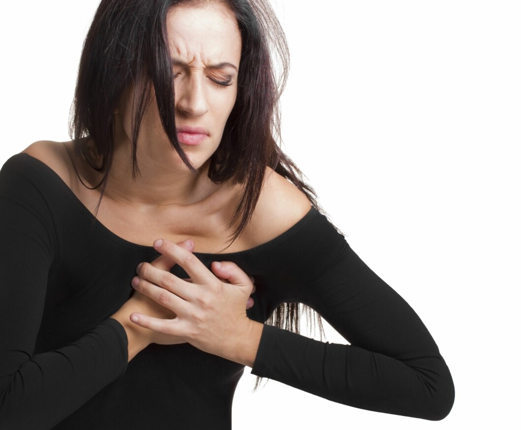 BRYSTSMERTER: Brystsmerter er blant de vanligste symptomene på hjerteinfarkt, men for mange kan også svært tung pust, være et symptom.  Foto: Thinkstock