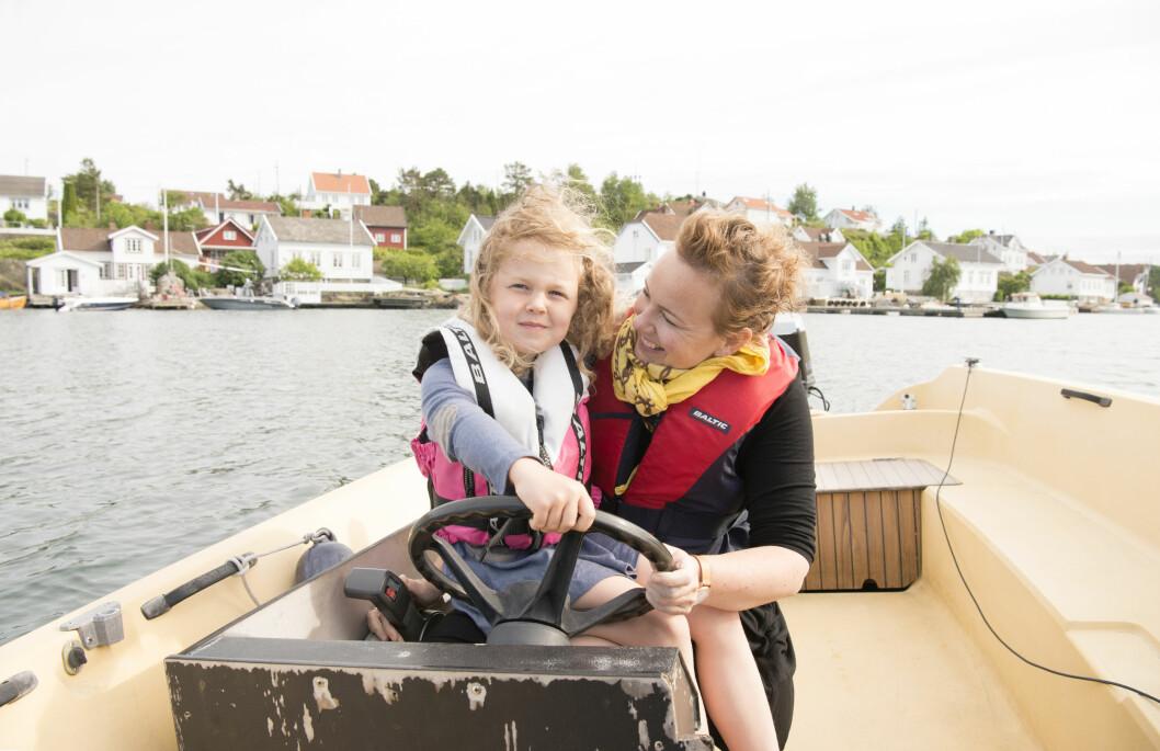 AVHENGIG AV BÅT: Hver dag kjører Siri datteren Lea over i båt til fastlandet for å gå i barnehage. Foto: Eva Kylland