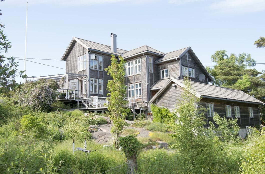 SPENNENDE ARKITEKTUR: Huset er i sju plan fordi det er tegnet etter terrenget, og har egen vennefløy nederst til høyre. Sånn er det når du bor på øy, da må jo gjester overnatte. Foto: Eva Kylland