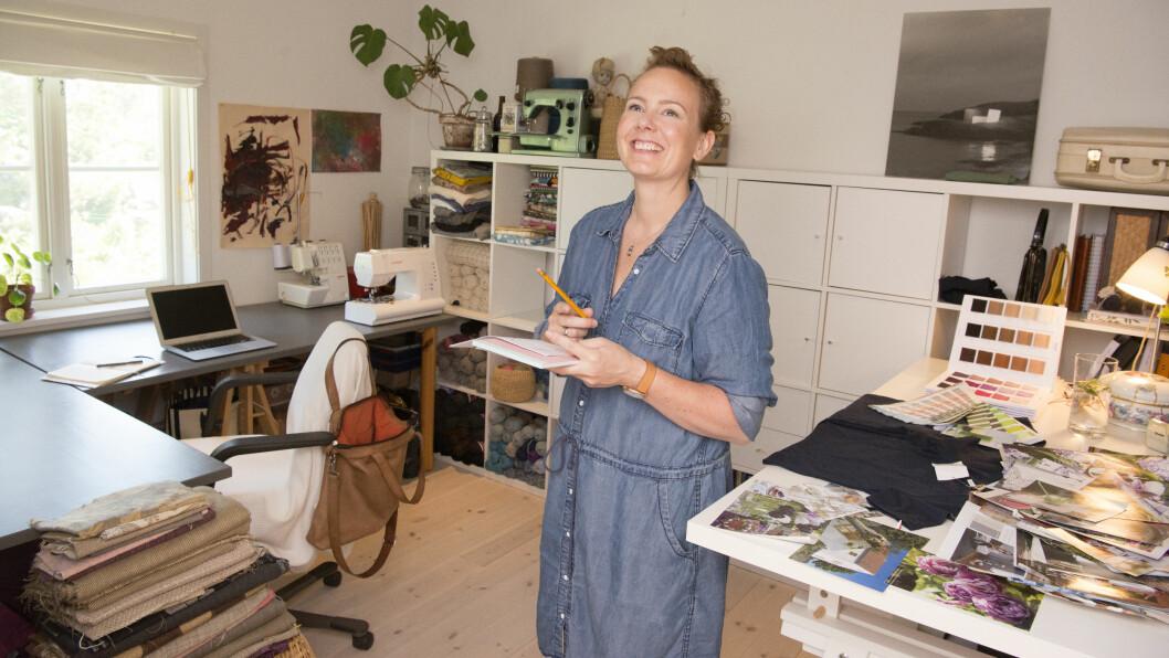 DRØMMEJOBBEN: – Jeg ville glede meg til å gå på jobb, sier Siri Brodersen. Etter å ha jobbet med blomster, møbler og interiør, designer hun klær og vesker.   Foto: Eva Kylland