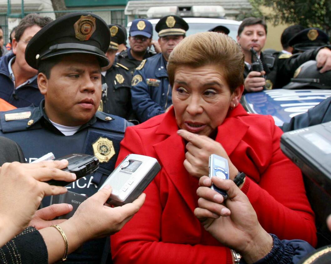 <strong>JUANA BARRAZA:</strong> Her blir «The Old Lady Killer» ledet av politiet i Mexico etter at hun ble arrestert for drapene på en rekke eldre kvinner. Foto: REUTERS