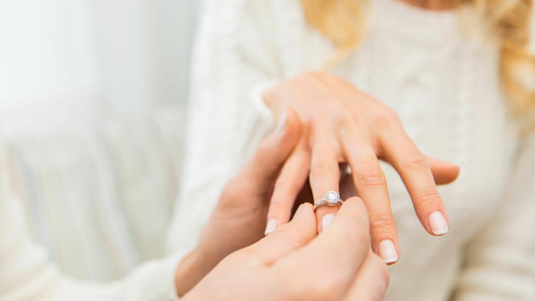FORLOVELSESRING: Hvor mye er det egentlig vanlig å bruke på en forlovelsesring, og hvilken type er den vanligste? Dette får du svaret på i denne saken!  Foto: Shutterstock / Syda Productions