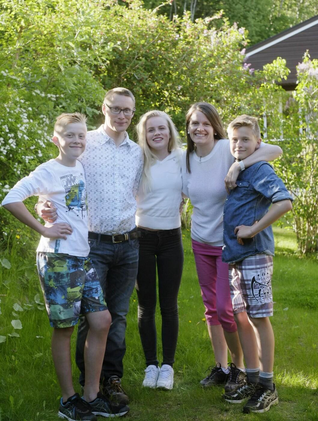 SAMMENSVEISET FAMILIE: Det er godt å ha hverandre når det stormer. Fra venstre: Jørgen, Erlend, Silje, Laila og Ørjan. Foto: Hege Landrø Johnsen