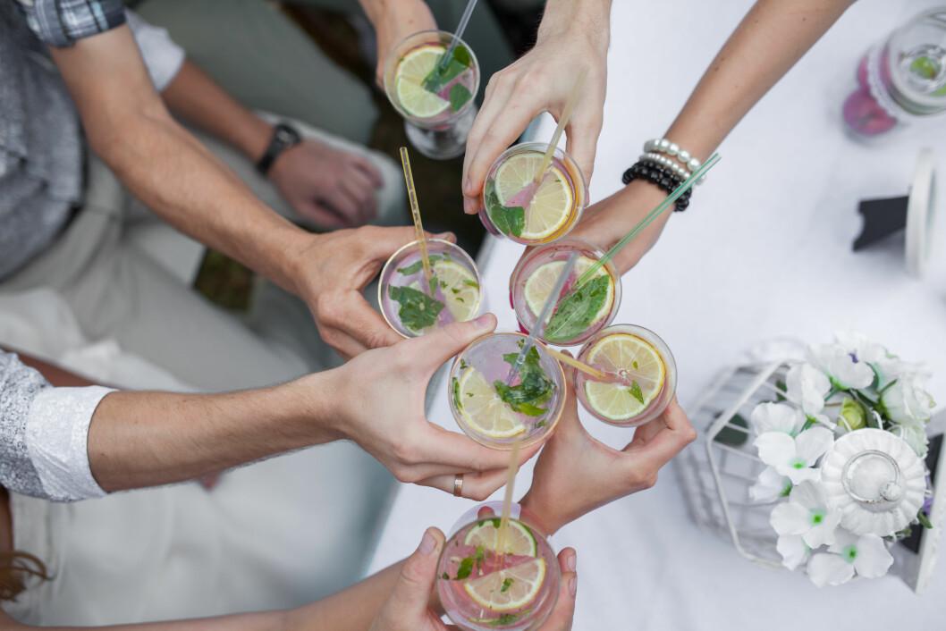 DRIKKER SJELDNERE:Hvor ofte vi drikker har faktisk noe å si for hvor godt kroppen tåler alkoholen. Og når vi blir eldre er det ofte litt lengre mellom de store festene. Foto: Shutterstock / Tsiomashko Denis