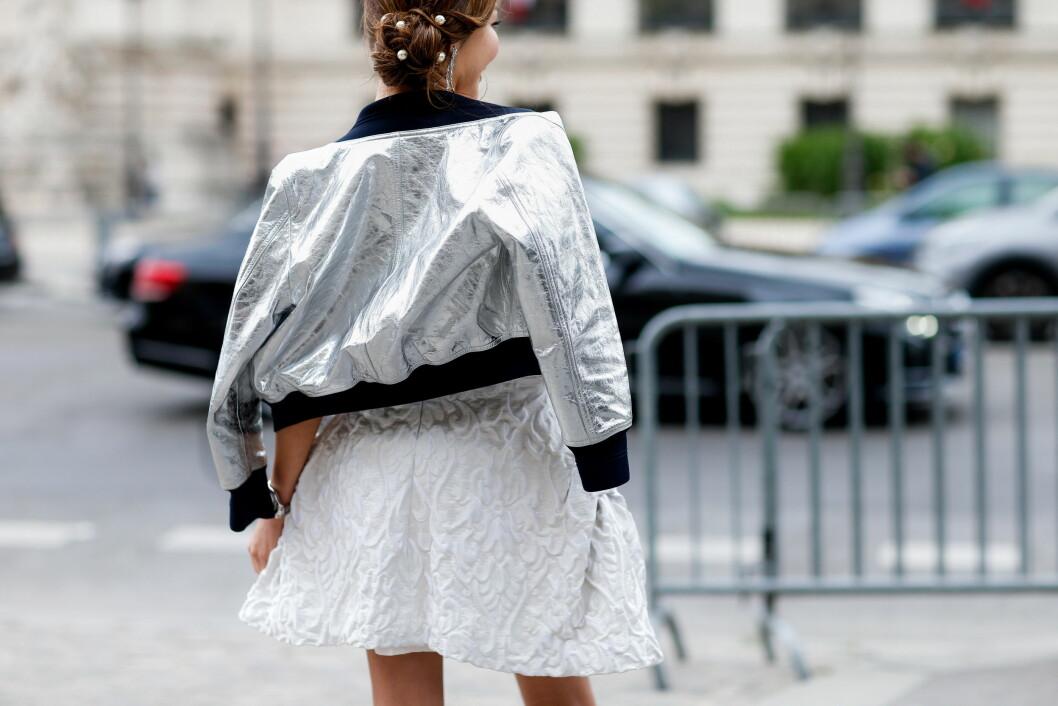 Sensommerjakker: Har du en sort klassisk jakke hengende i skapet kan du gjerne investere i en litt mer vågal modell, slik som denne i sølv.  Foto: Scanpix