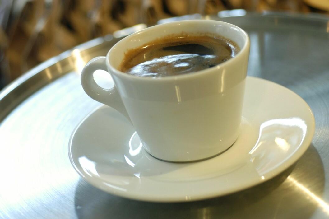 Nytrukket svart, kaffe i hvit kopp. Americano. Kafé. Oslo. Foto: © Jens Sølvberg / Samfoto Foto: Samfoto