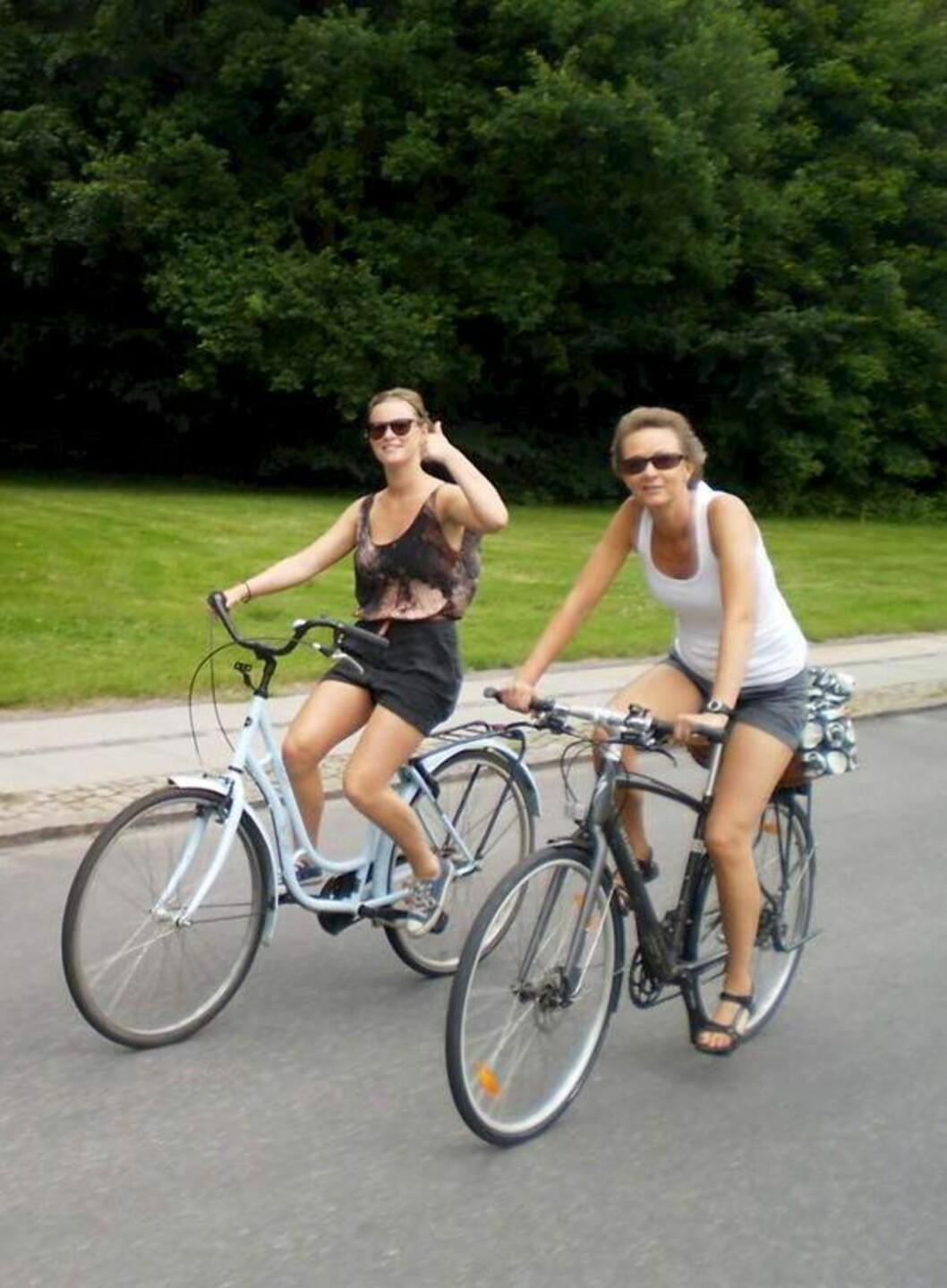 PÅ SYKKELTUR: – Bildet av oss som sykler synes jeg er superfint. Vi har alltid vært en veldig aktiv familie, sier Stine. Foto: All Over Press