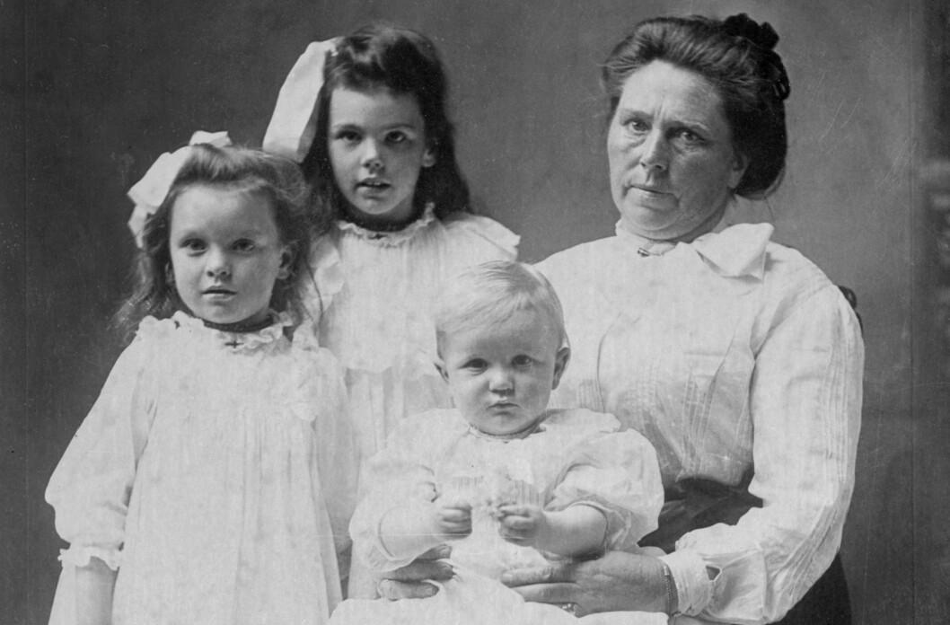 SERIEMORDER: Belle Gunness fra Selbu, født Brynhild Paulsdatter Størset, er en av de mest kjente kvinnelige seriemorderne. Her er hun sammen med barna Lucy, Myrtle og Philip i 1904. Foto: © Bettmann/CORBIS