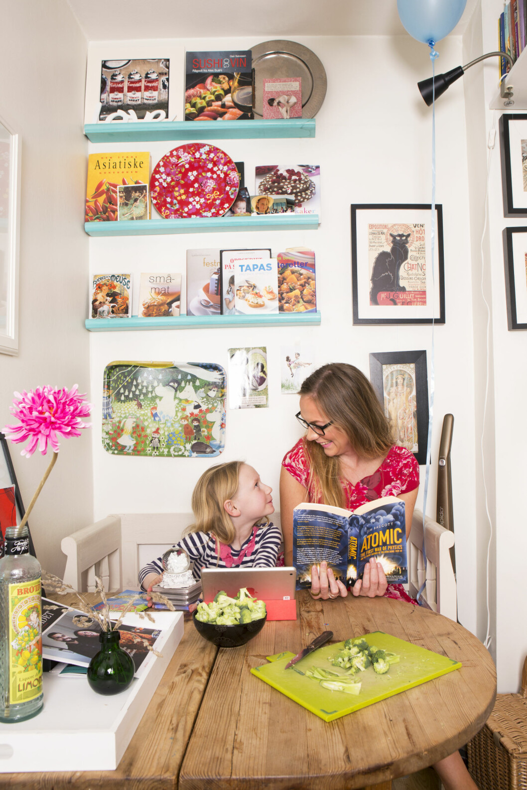 HELDIG MED JOBBEN: Sunniva Rose mener at hun er privilegert som kan forsørge seg selv og datteren – med en jobb hun liker og som til og med gir fleksibel arbeidstid. Så det har definitivt lønt seg for henne å stå på her i livet.  Foto: Charlotte Wiig