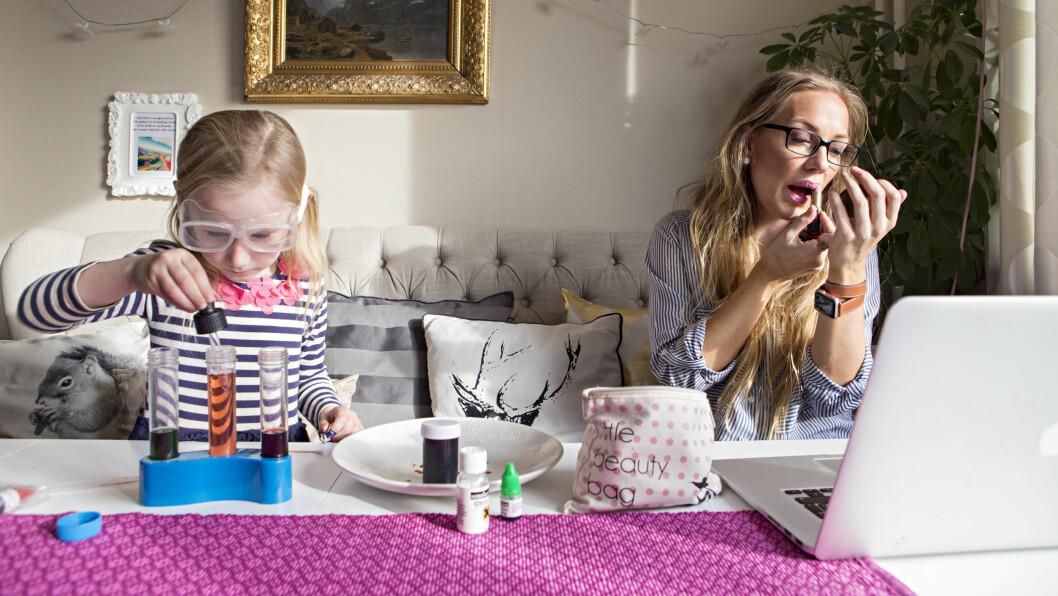 FLINKE PIKER: Alexandra (6) undersøkerforskjellige fargeoppløsninger, mens mamma Sunniva Rose holder styr på jobb og makeup fra sin krok hjemme i leiligheten i Oslo. Foto: Charlotte Wiig