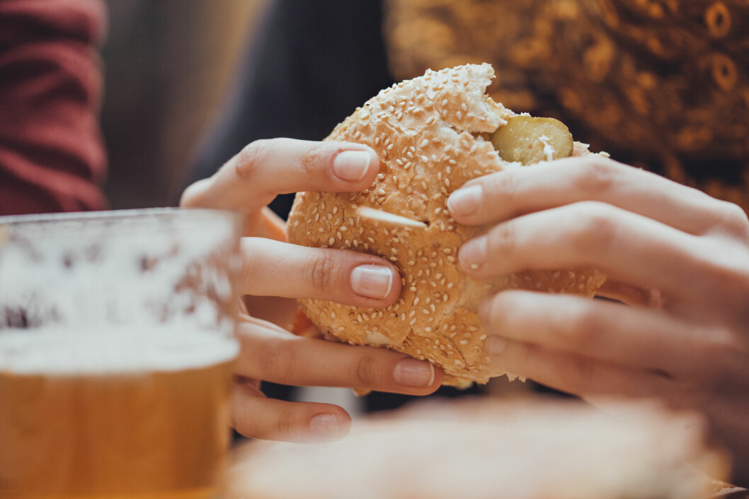 VELG RIKTIG: Unn deg en burger på tur, men pass også på å få i deg litt næringsrik mat, og å spise jevnlig. Drikker du øl hver dag i en uke er det mye å spare på å velge lite-øl, som inneholder 50 kalorier mindre per halvliter.  Foto: Scanpix