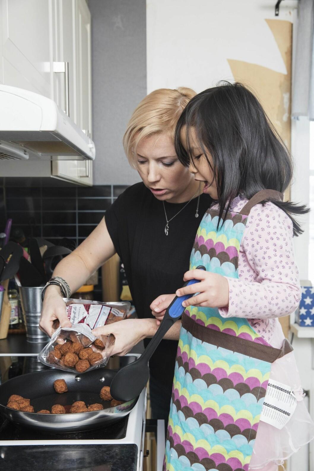 <strong>IVRIG HJELPER:</strong> Linnea, mammas lille kjøkkenskriver, hjelper til å med å røre i stekepannen. Foto: Tomas Bergman/All Over Press