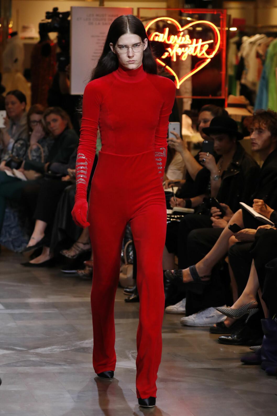 <strong>KOSEDRESSEN ER TILBAKE:</strong> Franske Vetements hadde tolker sin egen versjon av kosedressen til Juicy Couture under haute couture-uken i Paris.  Foto: Reuters