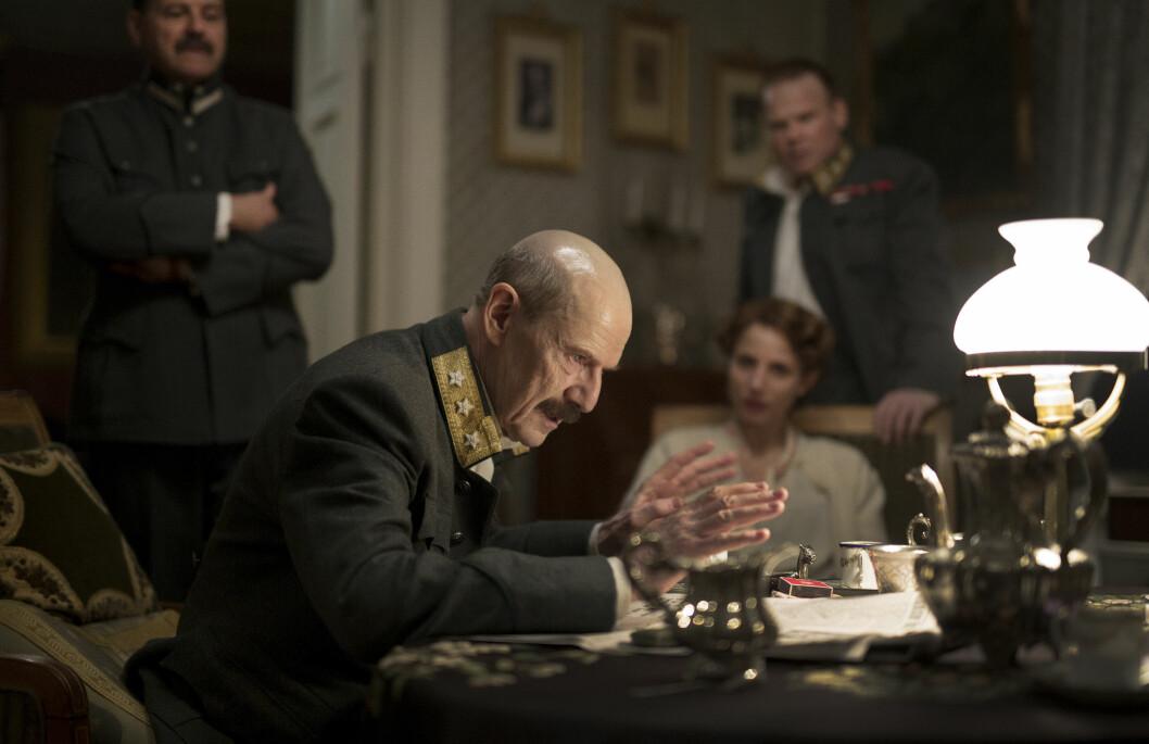 <strong>FRA FILMEN:</strong> Danske Jesper Christensen portretterer kong Haakon i den norske filmen «Kongens nei» . I bakgrunnen ser vi Tuva Novotny og Anders Baasmo Christensen, som spiller kronprinsesse Märtha og kronprins Olav. Foto: Filmweb