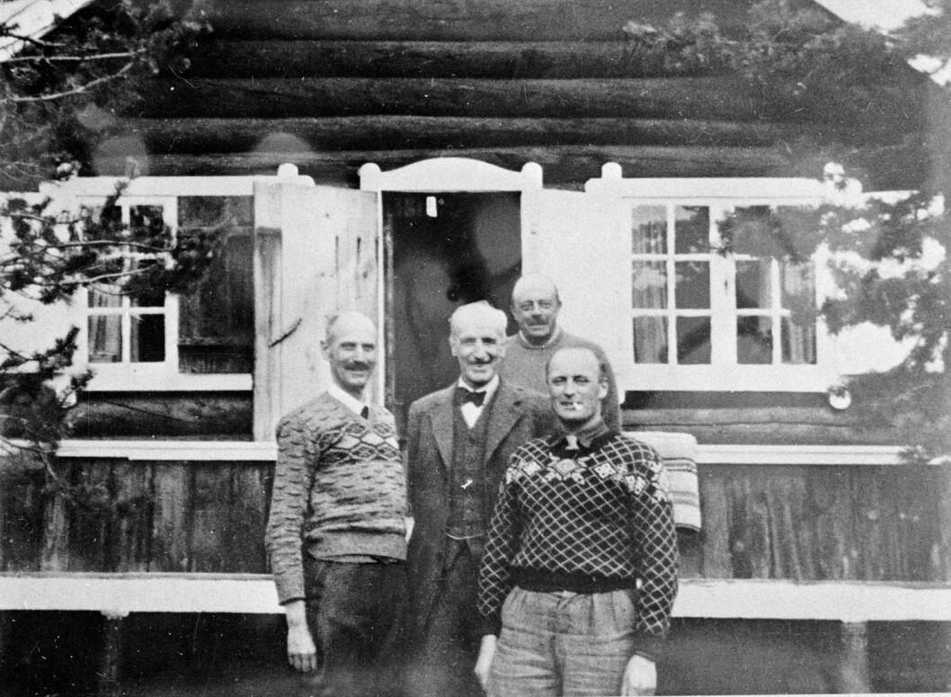 <strong>PÅ FLUKT:</strong> Kong Haakon og kronprins Olav fotografert i Målselvdalen i Nord-Norge i april 1940, kort tid før de gikk i eksil i London. Foto: NTB scanpix