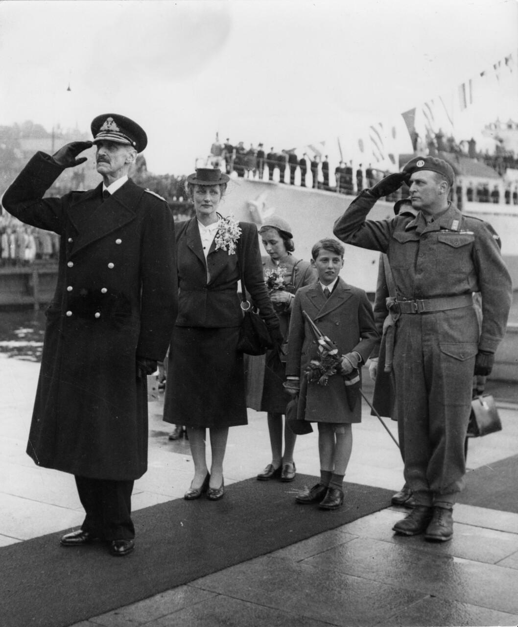 <strong>GJENFORENT:</strong> En jublende folkemasse ønsket kongefamilien velkommen tilbake til Norge idet de gikk i land på Honnørbryggen på Rådhusplassen i Oslo 7. juni 1945.   Foto: NTB Scanpix