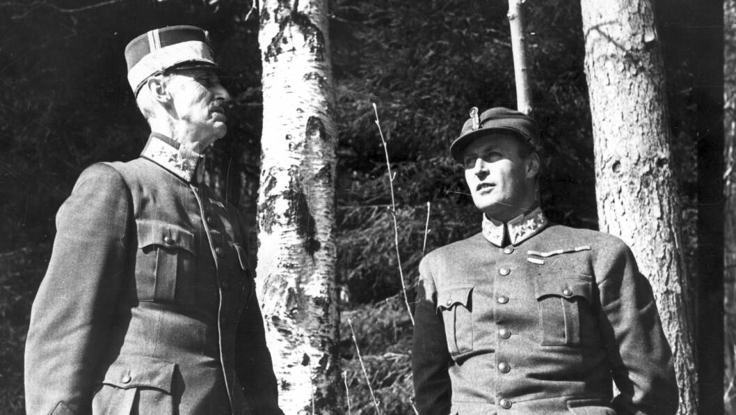 <strong>KONGENS NEI:</strong> Det ikoniske bildet av kong Haakon og hans sønn kronprins Olav ved bjørketrærne utenfor Molde som tatt etter at krigen brøt ut i Norge i april 1940. Det er blitt selve symbolet på den kampen de to kjempet for vårt fedreland. Foto: NTB scanpix