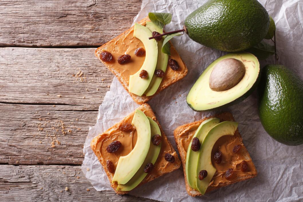 AVOKADO MED PEANØTTSMØR: Start dagen med en ny vri på brødskiven. Foto: Shutterstock / AS Food studio