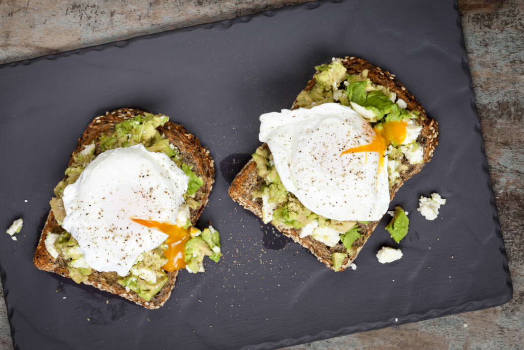 Smashed avocado and feta cheese toast with poached eggs.  Overhead view, on dark slate.; Shutterstock ID 304565033; PO: purchase_order4; Job: job1; Client: client2; Other: other3 Foto: Shutterstock / Robyn Mackenzie