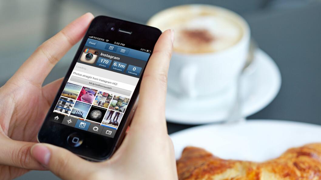KONTAKT: Til og med på kafé eller middag med gode venner er vi raske til å fiske ut telefonen for å se hva som skjer. Ifølge ekspertene kan dette være gift for relasjonene våre. Foto: CJG - Technology / Alamy/All Over Press