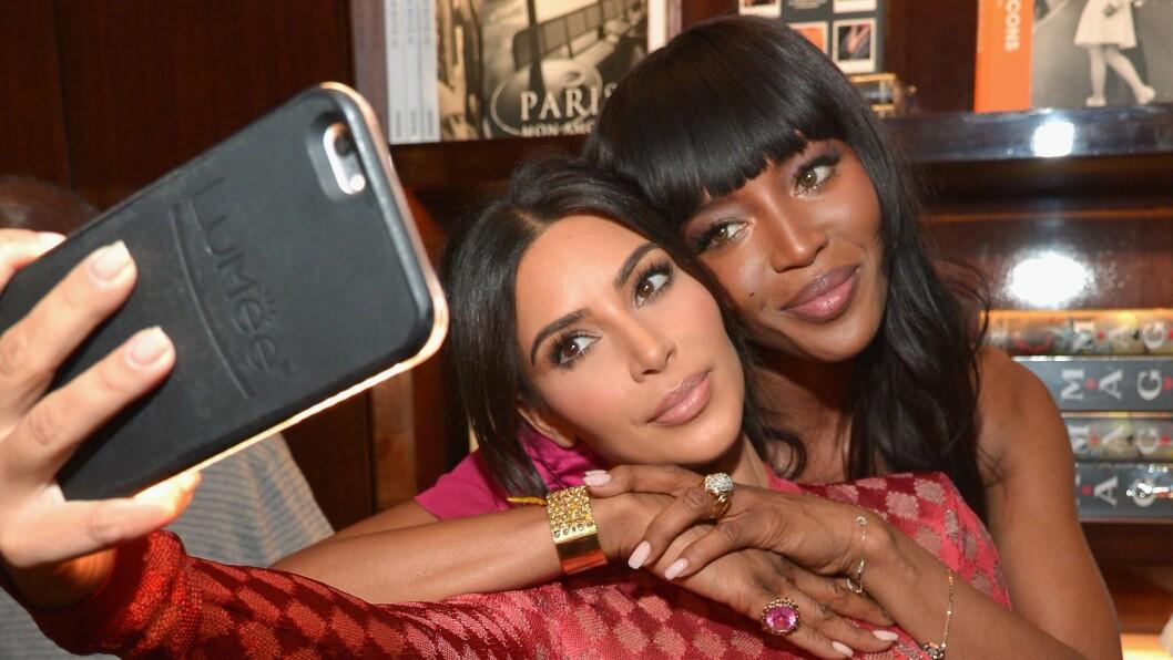 PERFEKTE SELFIES: Det er ingen tvil om at Kim Kardashian vet hvordan man tar en bra selfie. Men hvorfor er hennes ALLTID så himla bra? Hemmeligheten ligger i mobildekslet. Foto: Afp