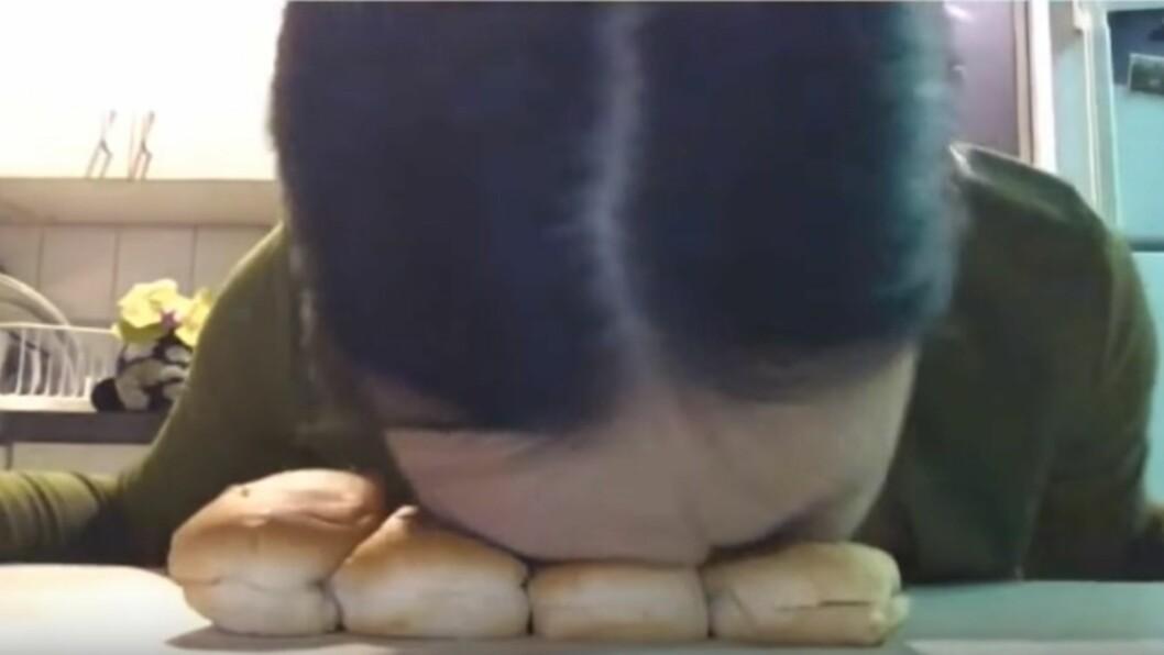 BREDFACEING: Jenta bak Instagramkontoen @breadfaceblog har i dag 85 000 følgere. Alt hun gjør er å rulle ansiktet sitt i ulike typer brød.  Foto: Youtube
