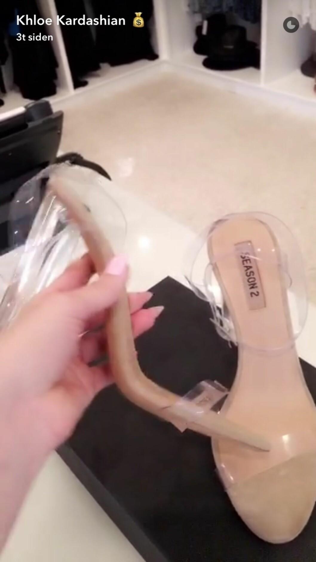NYE SKO: Kanye West vil nok at flere enn kona Kim skal gå med de gjennomsiktige skoene fra kolleksjonen hans. Da er det jo fryktelig greit å sende et par til svigersøster som deler det med sine mange millioner følgere på Snapchat! Foto: Skjermdump fra Snapchat / Khloe Kardashian