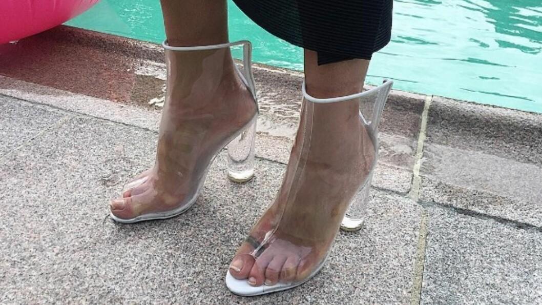 GJENNOMSIKTIGE SKO: Ikke bare har Kim Kardashian forelsket seg i disse trendskoene, men den norske moteeksperten Celine Aagaard har selvfølgelig lagt merke til de freshe skoene! Disse er fra Jennie Ellen og koster kroner 1395. Foto: Skjermdump fra Instagram / Celine Aagaard (med tillatelse)