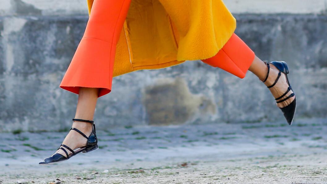 BALLERINASKO: Motepersonligheter over hele verden tyr til disse lekre skoene rett som det er. Her hopper streetstyle-stjerne Candela Novembre opp i luften med sine superfine ballerinasko under Paris Fashion Week. Du finner lignende sko lengre ned i saken! Foto: Abaca