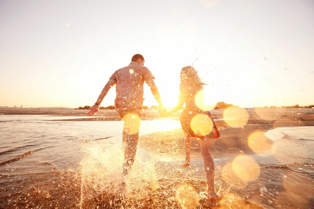 <strong>OMSORG:</strong> Vær ekstra oppmerksomme og omsorgsfulle mot hverandre i ferien, og bruk tiden til å pleie forholdet. Foto: Shutterstock / Surkov Vladimir