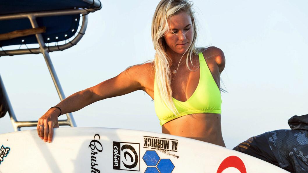 BETHANY HAMILTON: Til tross for at hun mistet armen i hai-angrepet i 2003, er surferen fra Hawaii den dag i dag aktiv på surfebrettet. FOTO: NTB Scanpix