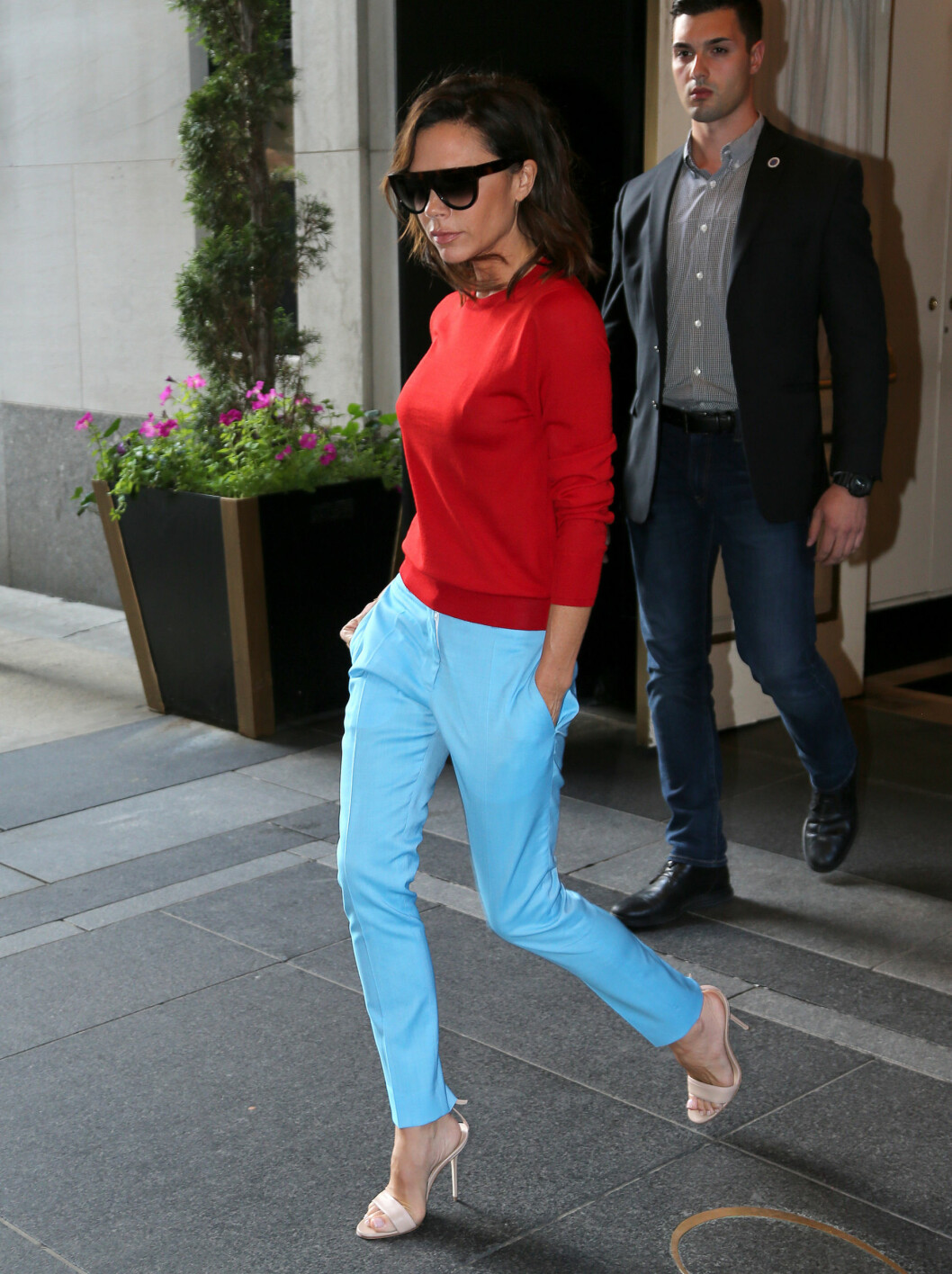 <strong>FARGERIK:</strong> Victoria Beckham overrasket paparazziene utenfor hotellet sitt i New York da hun kom ut i dette fargesterke antrekket. Foto: Splash News
