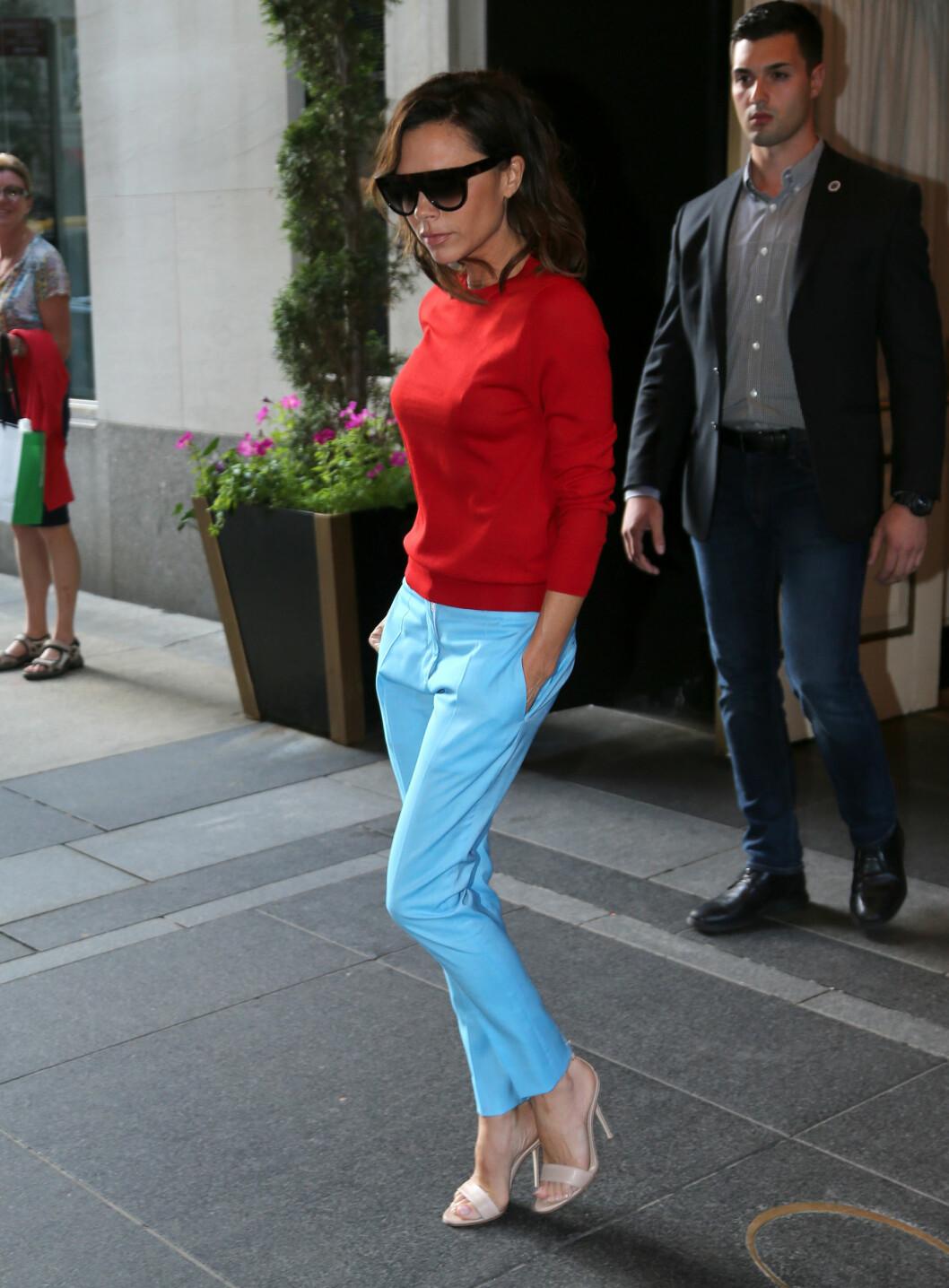 <strong>UVANLIG FARGEKOMBINASJON:</strong> Når Victoria Beckham først har på seg farger, er det gjerne i litt utradisjonelle kombinasjoner. Det er ikke ofte vi ser rødt og lyseblått sammen, men fru Beckham får det til å funke! Foto: Splash News