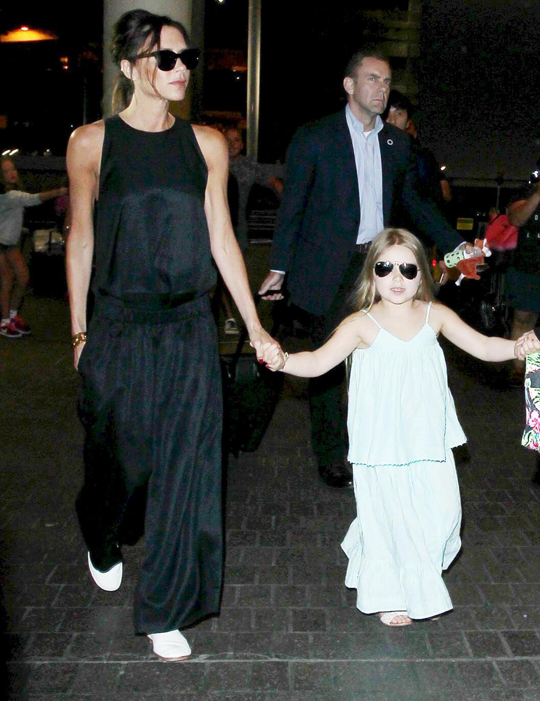 <strong>MATCHER:</strong> Victoria og datteren Harper i sort/hvite antrekk.  Foto: Broadimage