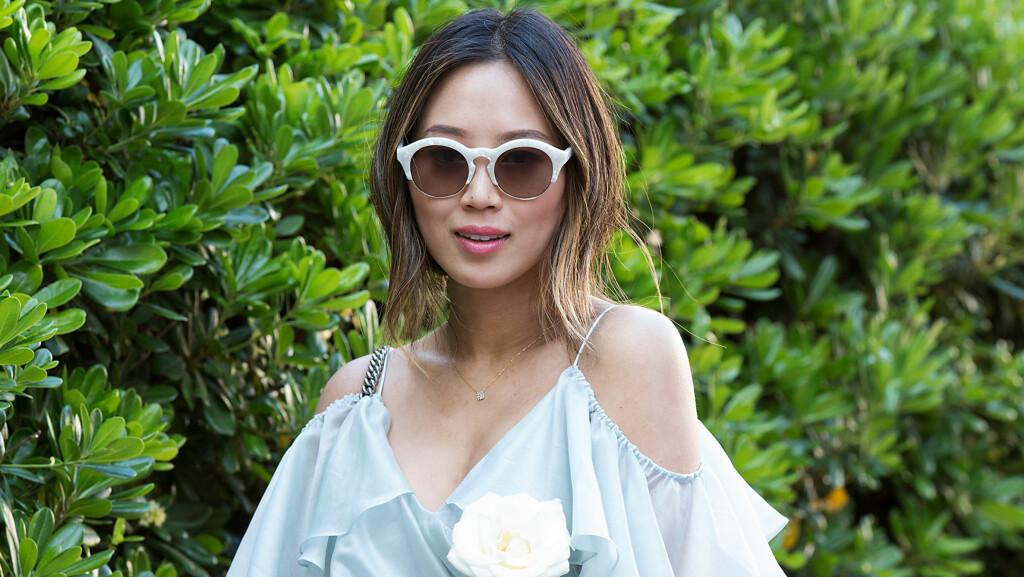 SOLBRILLER: Bloggeren Aimee Song går for et par iøynefallende solbrilleren denne sommeren. Hvis du vil gjøre det samme, trenger det absolutt ikke koste mye! Foto: Splash News