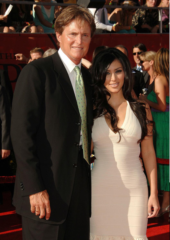 STEFAR: Jenner er stefaren til Kardashian-barna. Her sammen med Kim (34). Foto: Broadimage