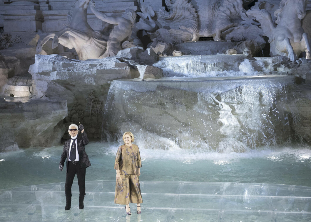 TREVIFONTENEN BLE CATWALK: Karl Lagerfeld og Silvia Venturini Fendi takker de oppmøtte etter at couture-kolleksjonen er vist frem. Foto: Ap